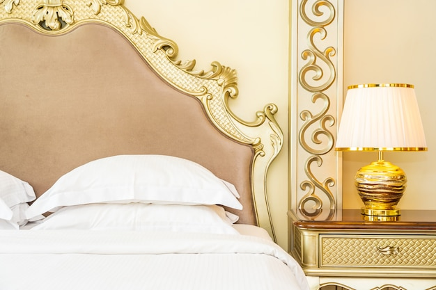 Piękna luksusowa wygodna biała poduszka na dekoracji łóżka w sypialni