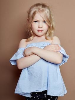 Piękna mała dziewczynka blond kręcone włosy, jasne emocje