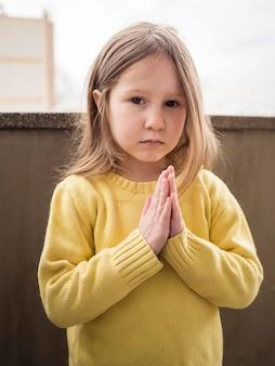 Piękna mała dziewczynka modli się