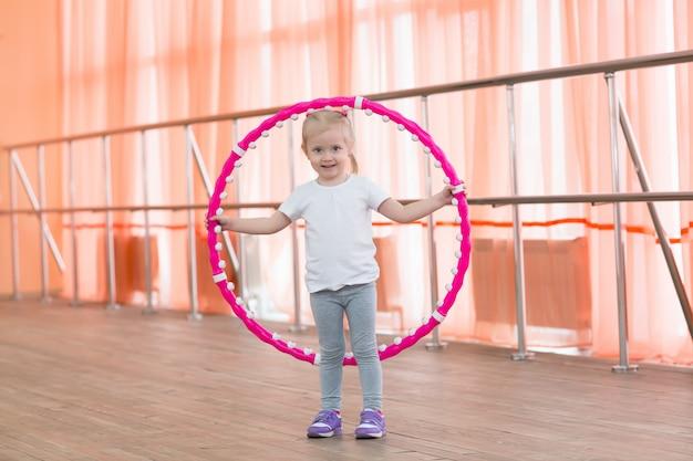 Piękna mała dziewczynka robi sportom.