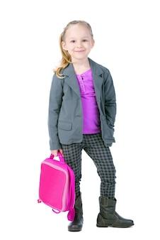 Piękna mała dziewczynka trzyma teczkę.