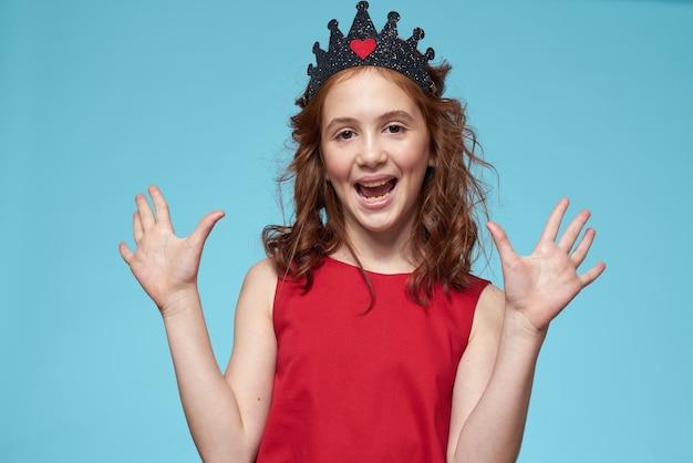 Piękna mała dziewczynka w koronie, księżniczka, słodkie dziecko