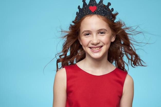 Piękna mała dziewczynka w koronie