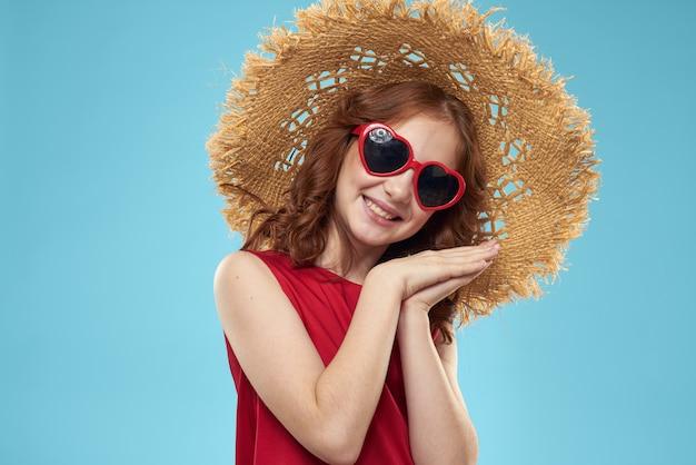 Piękna mała dziewczynka w okularach serca i czerwonej sukience