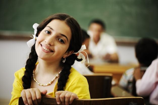 Piękna mała dziewczynka w sala lekcyjnej