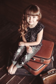 Piękna mała dziewczynka z kręconymi włosami