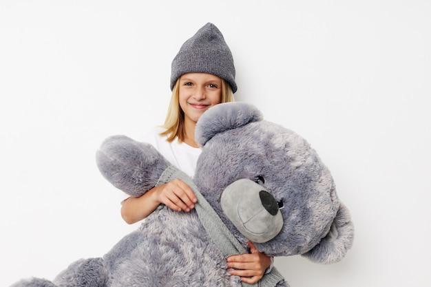 Piękna mała dziewczynka zabawa miś radość dzieci koncepcja stylu życia