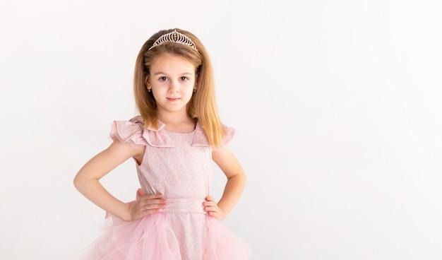 Piękna mała księżniczka tańczy w luksusowej różowej sukience