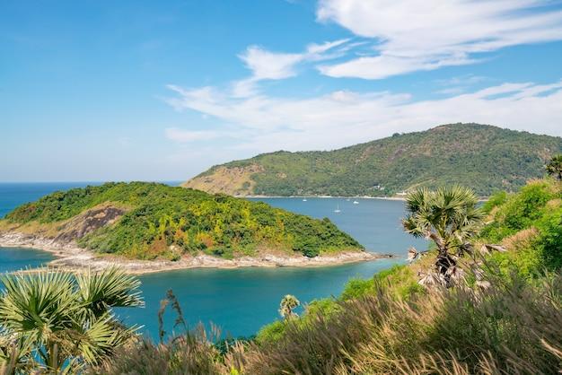 Piękna mała wyspa na morzu tropikalnym w pobliżu przylądka laem promthep w phuket tajlandia, niesamowity archipelag wokół wyspy phuket.