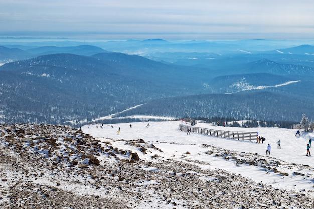 Piękna malownicza zima. sporty zimowe.