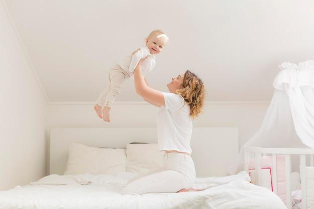 Piękna mama gra z cute córeczkę