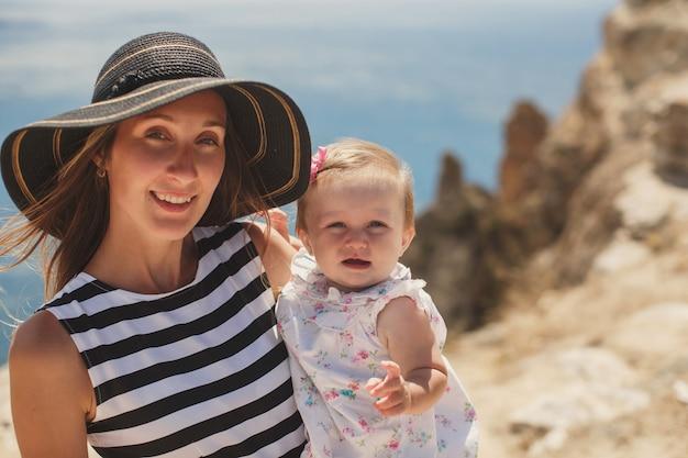 Piękna mama i córka na górze