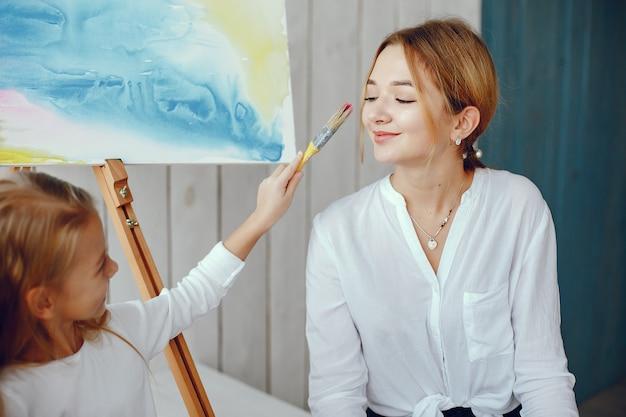 Piękna mama i córka rysują