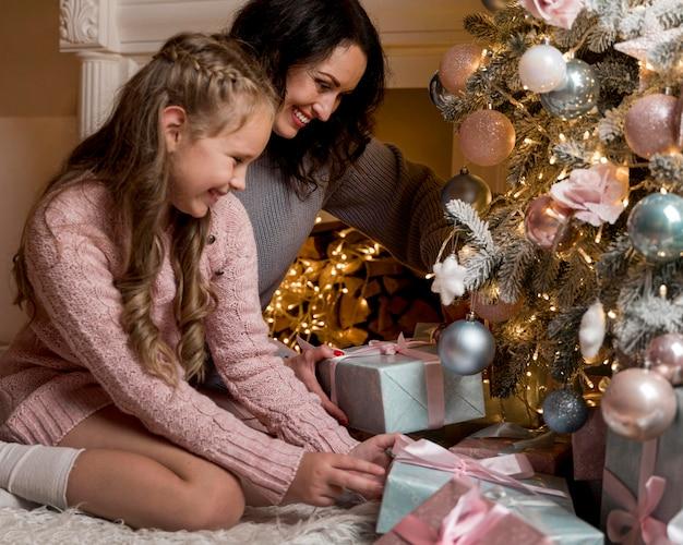 Piękna mama i córka spędzają razem czas