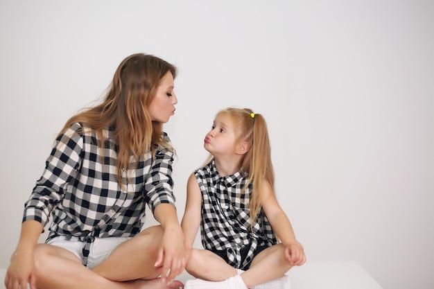 Piękna mama i córka w pasujących koszulach