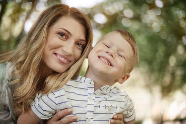 Piękna mama i słodki mały chłopiec
