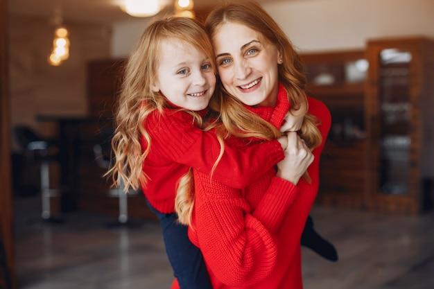 Piękna mama z małą córeczką