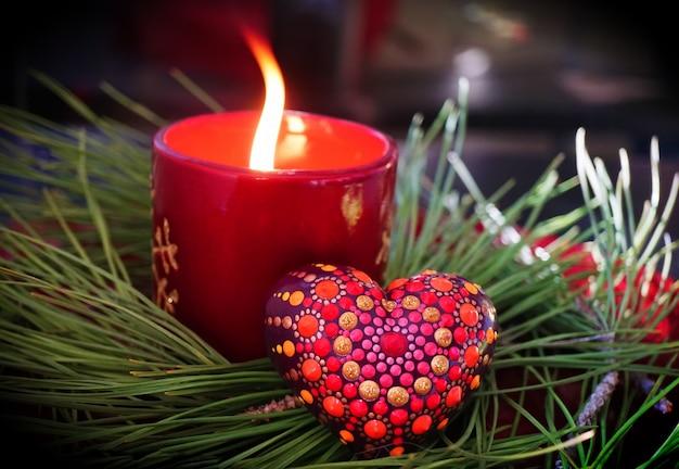 Piękna mandala malowana na gipsowym sercu