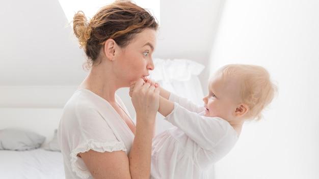 Piękna matka bawić się z śliczną dziewczynką