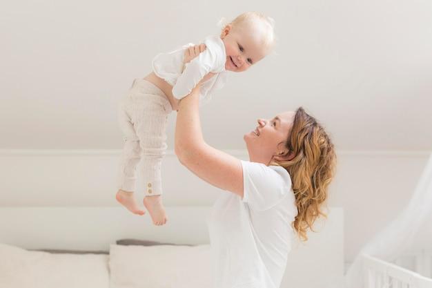 Piękna matka, grając z cute baby