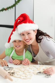 Piękna matka i córka gotowanie świąteczne ciastka