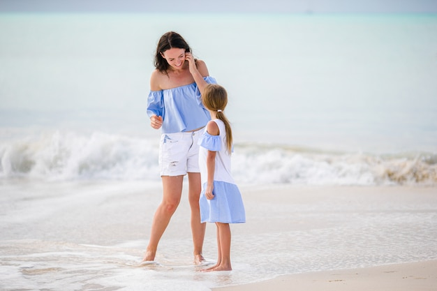 Piękna matka i córka na karaiby plaży