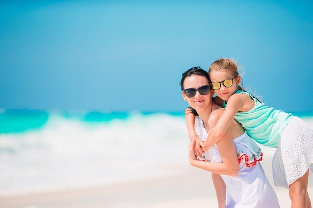 Piękna matka i córka na plaży