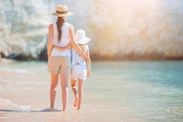 Piękna matka i córka przy karaiby plażą cieszy się wakacje.