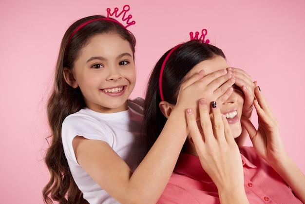 Piękna matka i córka w pozornych koronach