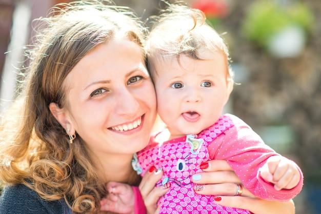 Piękna matka i dziecko na zewnątrz