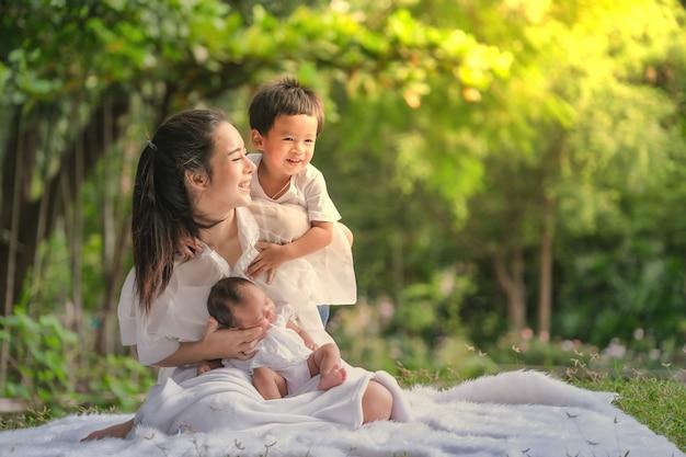 Piękna matka i dziecko rodzina w azjatyckim parku