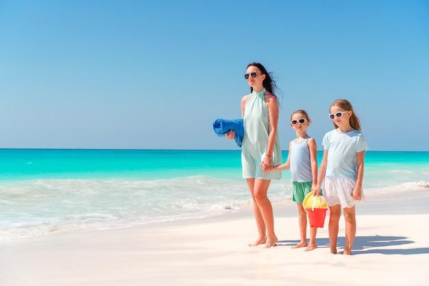 Piękna matka i jej urocza córeczka na plaży