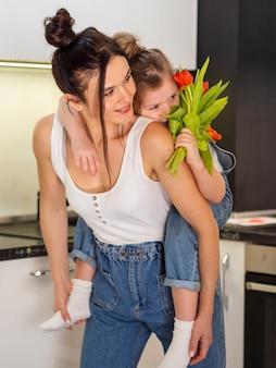 Piękna matka trzyma jej córki