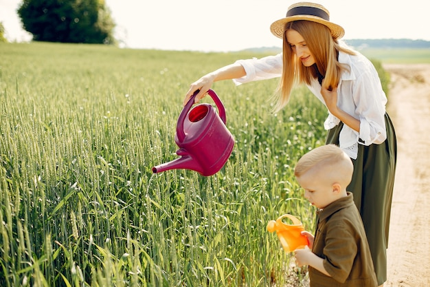 Piękna matka z małym synem w lata polu
