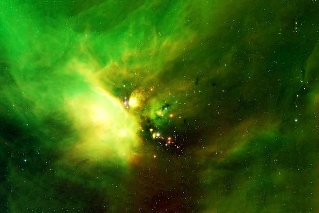 Piękna mgławica kosmiczna o zielonym kolorze elementy tego obrazu zostały dostarczone przez nasa