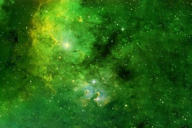 Piękna mgławica kosmiczna w kolorze zielonym. elementy tego obrazu dostarczyła nasa. w dowolnym celu.