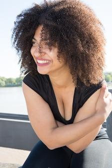 Piękna mieszana afrykańska kobieta na zewnątrz bardzo uśmiechnięta i śmieszna