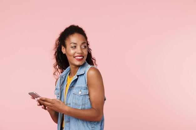 Piękna młoda afrykańska kobieta na czacie przez telefon