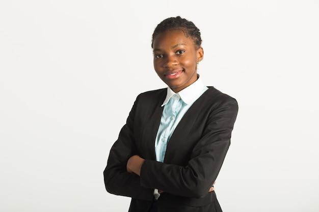 Piękna młoda afrykańska kobieta w garniturze