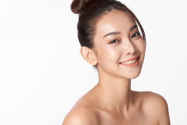 Piękna młoda azjatka z czystą, świeżą skórą, pielęgnacja twarzy, zabieg na twarz, kosmetologia, uroda i spa, ur
