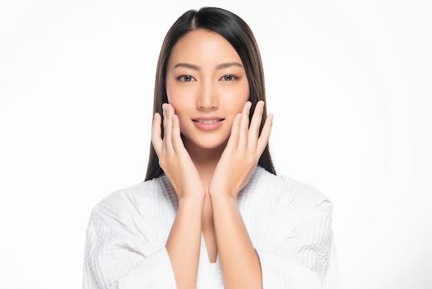 Piękna młoda azjatka z czystą świeżą skórą,