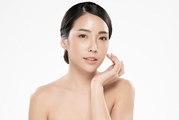 Piękna młoda azjatka z czystą, świeżą skórą,