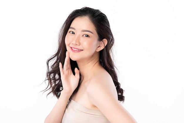 Piękna Młoda Azjatycka Kobieta Z Czystą, świeżą Skórą Na Białym Tle, Pielęgnacja Twarzy, Zabieg Na Twarz, Kosmetologia, Uroda I Spa, Portret Azjatyckich Kobiet. Premium Zdjęcia