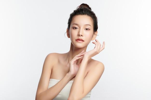 Piękna młoda azjatycka kobieta z czystą, świeżą skórą na białym tle, pielęgnacja twarzy, zabieg na twarz, kosmetologia, uroda i spa, portret azjatyckich kobiet.