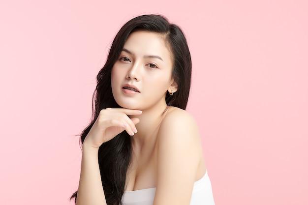 Piękna młoda azjatycka kobieta z czystą, świeżą skórą na różowym tle, pielęgnacja twarzy, zabiegi na twarz, kosmetologia, uroda i spa, portret azjatyckich kobiet.