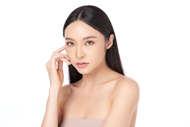 Piękna młoda azjatycka kobieta z czystą, świeżą skórą, pielęgnacja twarzy, pielęgnacja twarzy, kosmetologia, koncepcja piękna, portret azjatyckich kobiet.