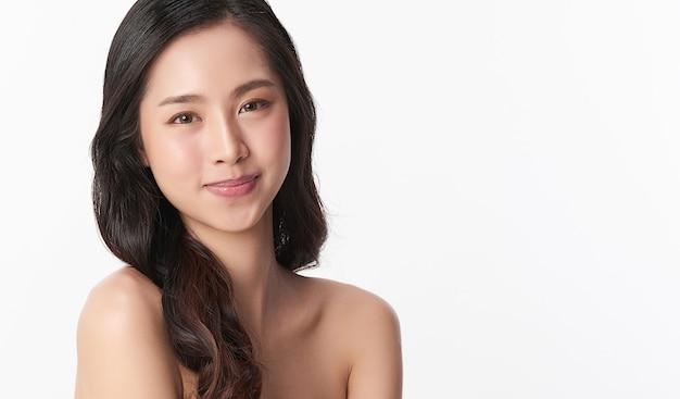 Piękna młoda azjatycka kobieta z czystą, świeżą skórą, pielęgnacja twarzy, pielęgnacja twarzy, kosmetologia, uroda, portret azjatyckich kobiet