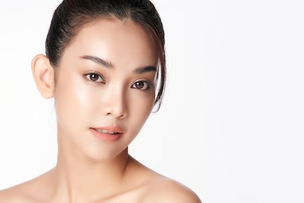 Piękna młoda azjatycka kobieta z czystą, świeżą skórą, pielęgnacja twarzy, pielęgnacja twarzy, kosmetologia, uroda, portret kobiety azjatyckiej
