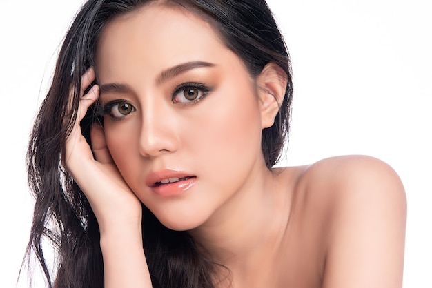 Piękna młoda azjatycka kobieta z czystą, świeżą skórą, pielęgnacją twarzy, zabiegami na twarz, kosmetologią, urodą i spa,