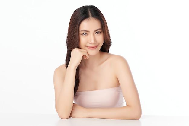 Piękna młoda azjatycka kobieta z czystą, świeżą skórą, pielęgnacją twarzy, zabiegiem na twarz. kosmetologia, uroda i spa.